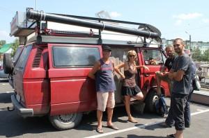 Joseph und Uschi mit ihrem VW-Bus