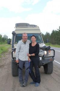 Heike und Danni mit ihrem Landcruiser