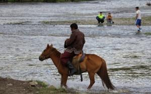 Reiter im reissenden Fluß