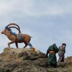 Mongolen beim Umwandern einer Statue