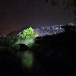 leuchtender Berg bei Nacht