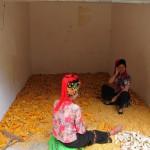 Frauen beim Mais schälen