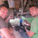 Wolfi und Benni beim Radlager einpressen