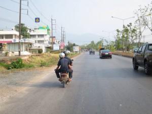 die Mechaniker auf dem Moped
