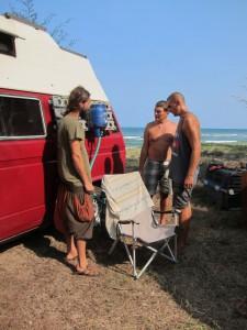 Markus, Benni und Wolfi beim Versuch eine Gasflasche umzufüllen